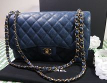 CHANEL CLASSIC FLAP BAG IN BLAU KAVIAR LEDER  MIT GOLD HARDWARE